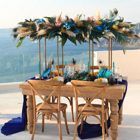 https://www.weddingchicks.com/blog/intimate-wedding-venue-in-santorini-greece-l-18249-l-41.html