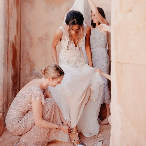 https://www.weddingchicks.com/blog/gorgeous-glam-destination-wedding-in-spain-l-18132-l-43.html
