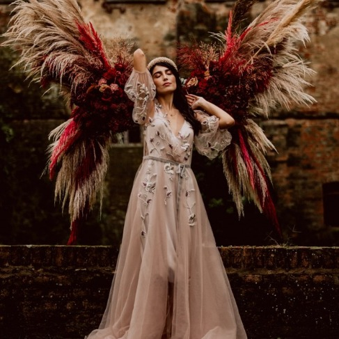 https://www.weddingchicks.com/blog/a-romantic-met-gala-inspired-wedding-in-italy-l-18145-l-41.html