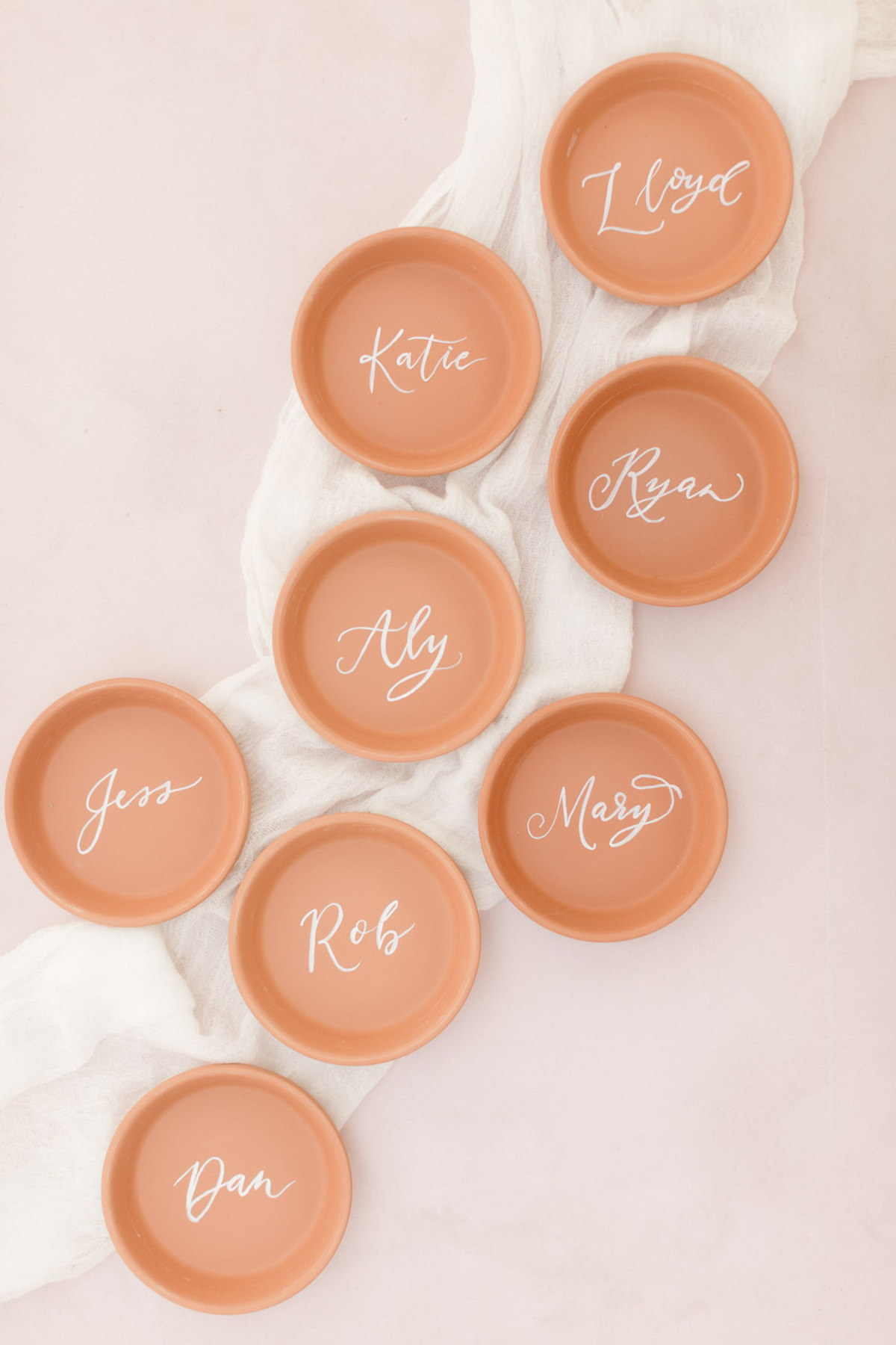 terra cotta dishes used as escort cards
