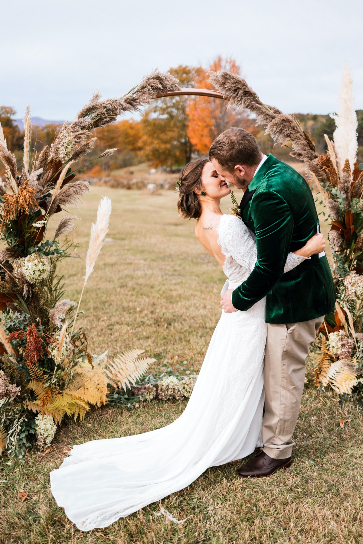 copper circle wedding backdrop with pampas grass