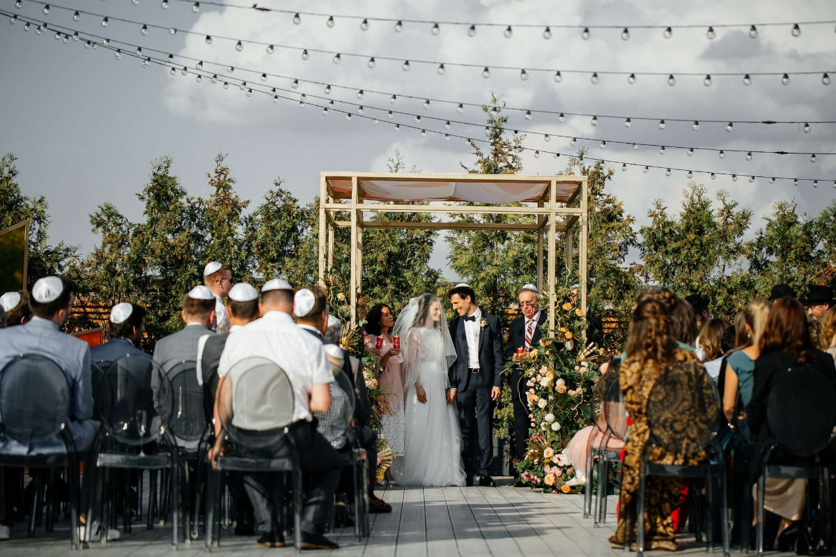 modern outdoor Jewish wedding