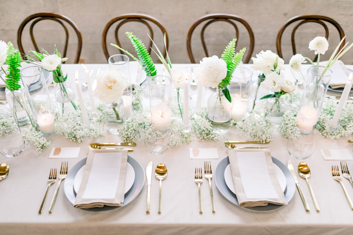 white and green wedding floral arrangement ideas