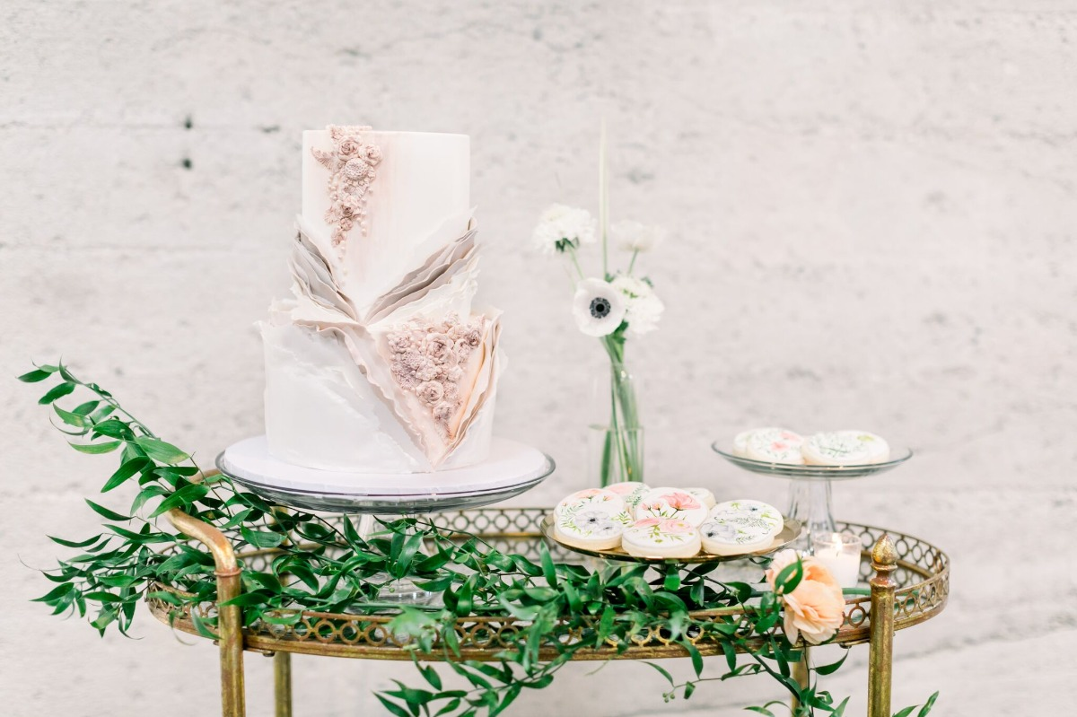simple and organic wedding cake table design ideas