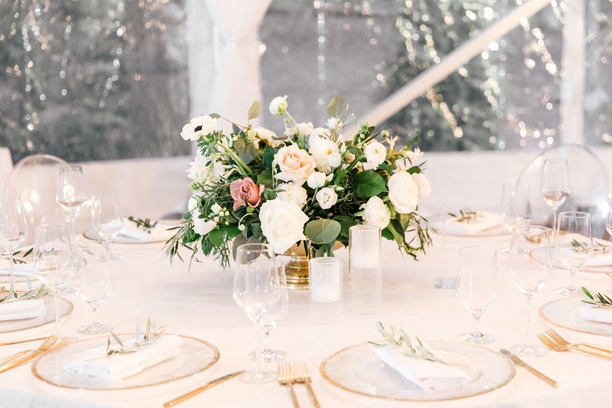 rose centerpiece with gold and white plates