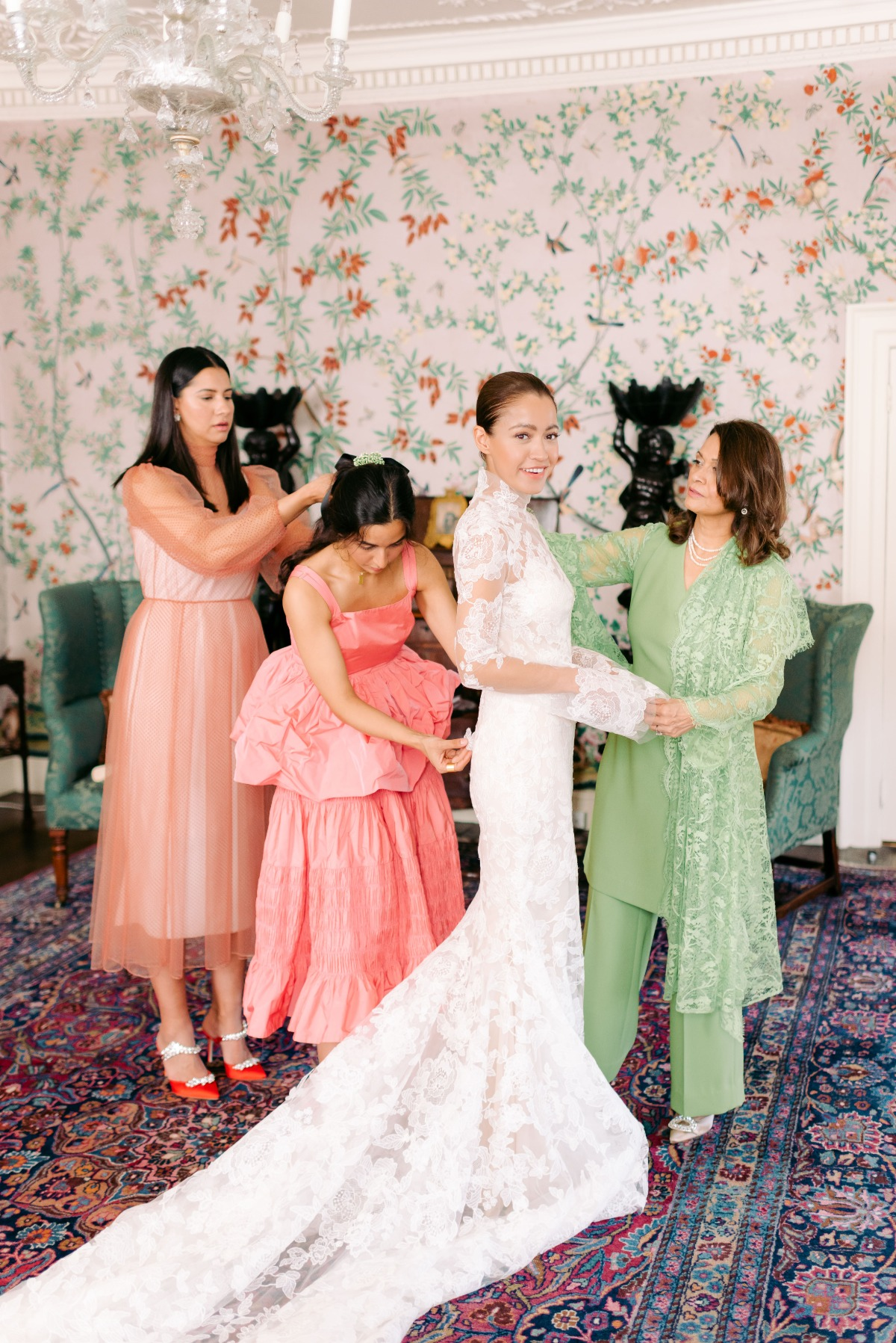 getting wedding ready with family photo ideas